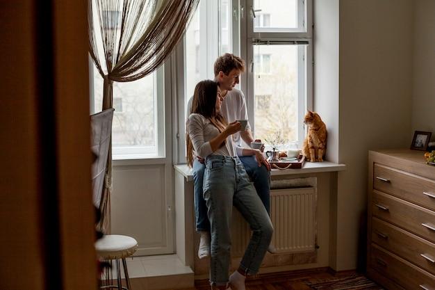 Giovane coppia facendo colazione Foto Gratuite