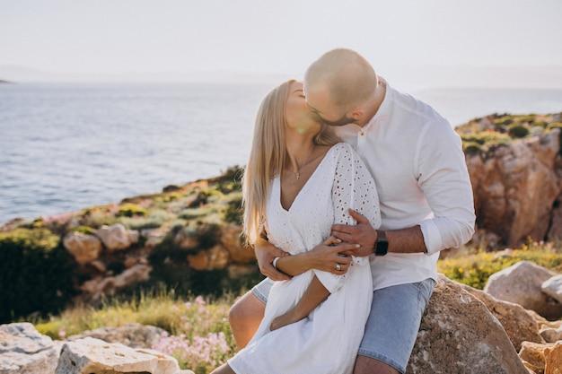 Giovane coppia in luna di miele in grecia in riva al mare Foto Gratuite
