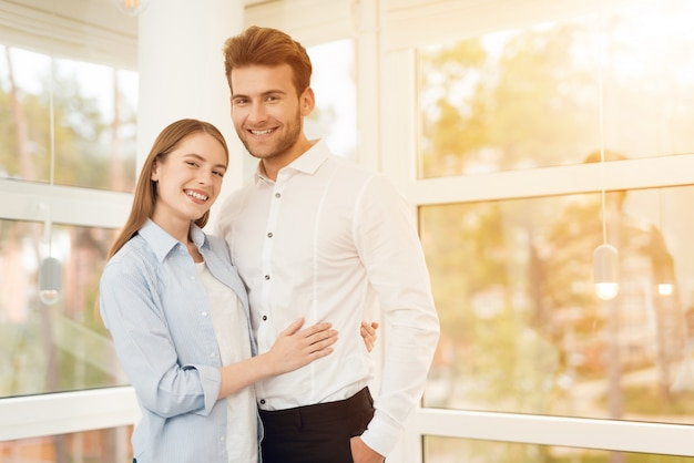 Giovane coppia in posa per una foto in una stanza luminosa Foto Premium