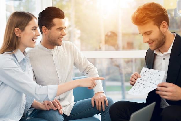 Giovane coppia in un incontro con un agente immobiliare Foto Premium