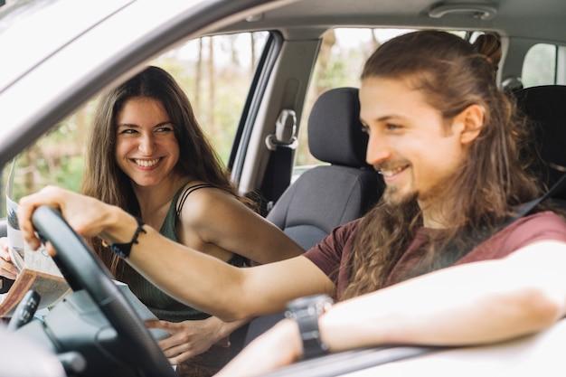 Giovane coppia in viaggio in auto Foto Gratuite