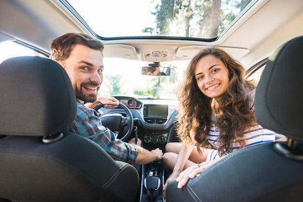 Giovane coppia in viaggio in macchina Foto Gratuite