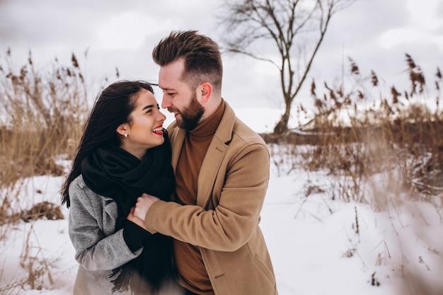 Giovane coppia in winter park Foto Gratuite