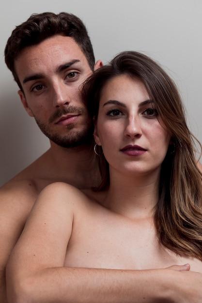 Giovane coppia nuda abbracciando Foto Gratuite