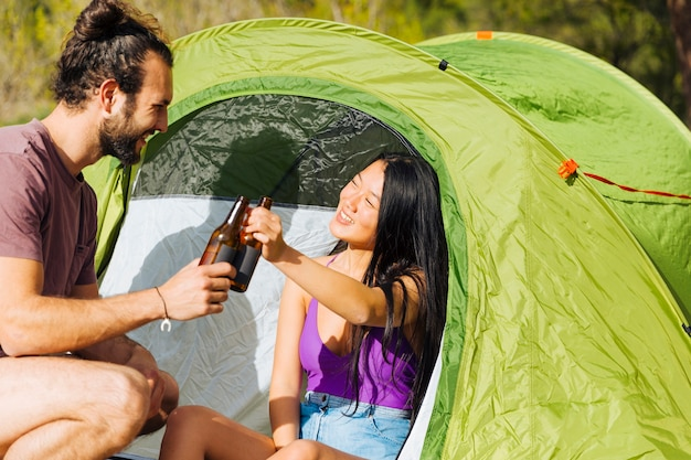 Giovane coppia rilassante in tenda Foto Gratuite