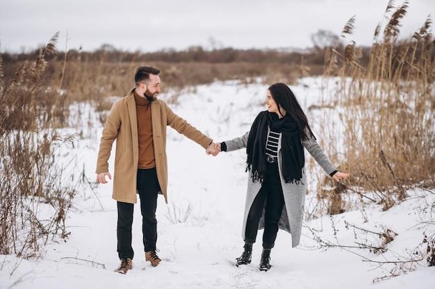 Giovane coyple insieme in un parco di inverno Foto Gratuite