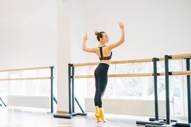 Giovane danzatore femminile che pratica nello studio di ballo Foto Gratuite