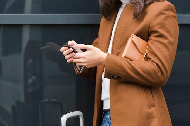 Giovane del primo piano che controlla il suo telefono Foto Gratuite