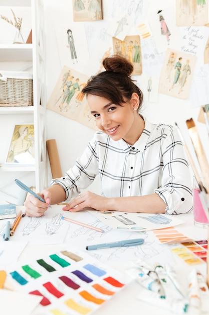 Giovane disegno felice dell'illustratore di modo della donna Foto Gratuite