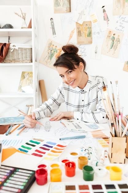 Giovane disegno felice dell'illustratore di modo di signora Foto Gratuite