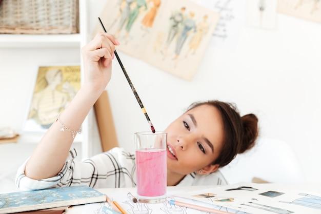 Giovane disegno serio dell'illustratore di modo della donna. Foto Gratuite