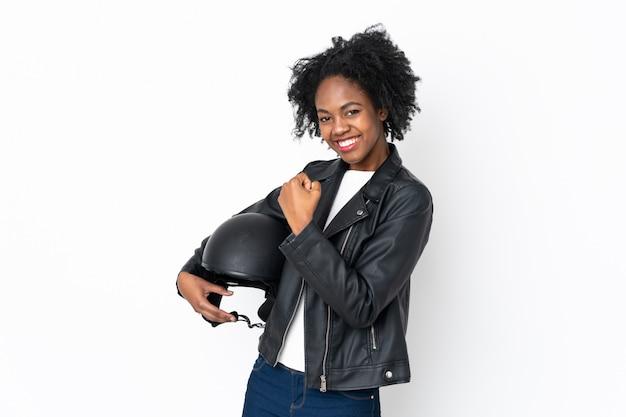 Giovane donna afroamericana con un casco del motociclo isolato su bianco Foto Premium