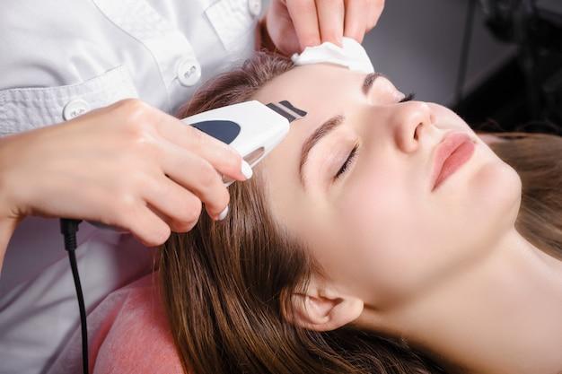 Giovane donna al salone di bellezza Foto Premium