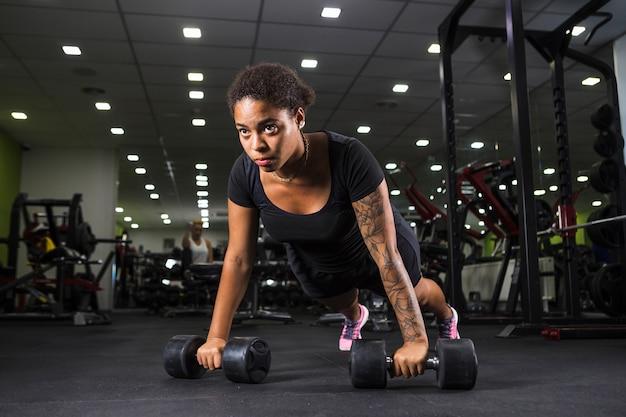 Giovane donna allenamento in palestra Foto Gratuite
