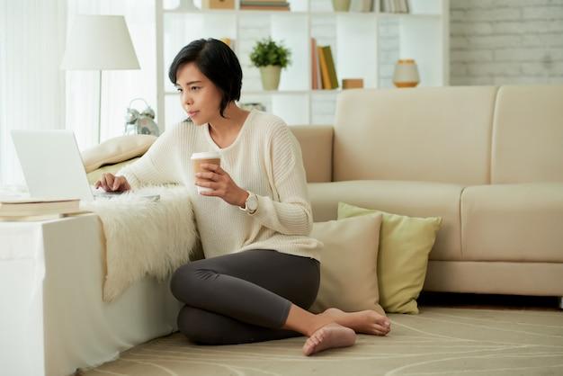 Giovane donna asiatica che gode delle comodità domestiche Foto Gratuite