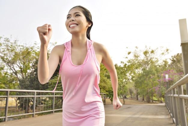 Giovane donna asiatica che pareggia sul parco Foto Premium