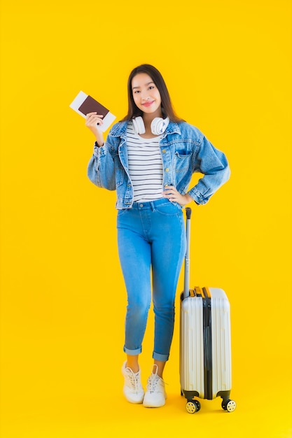 Giovane donna asiatica con borsa bagagli e passaporto Foto Gratuite