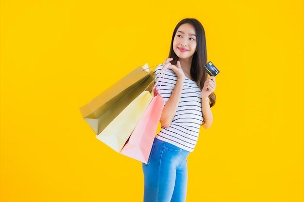 Giovane donna asiatica con la borsa della spesa colorata Foto Gratuite