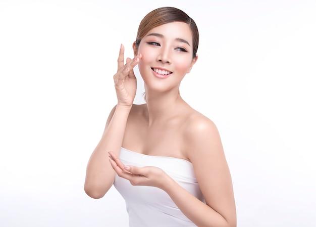 Giovane donna asiatica di bellezza che mostra mano per il prodotto Foto Premium