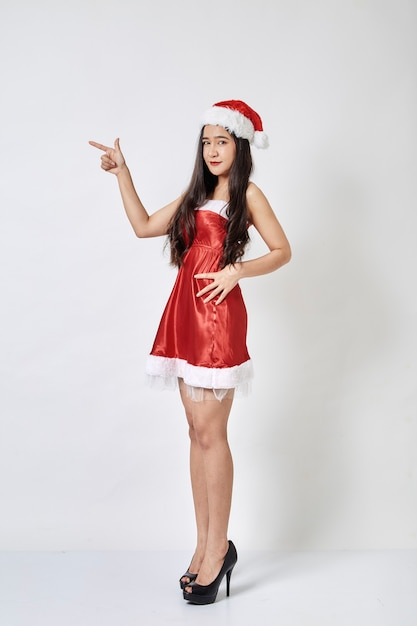 Giovane donna asiatica in cappello di santa su bianco Foto Premium