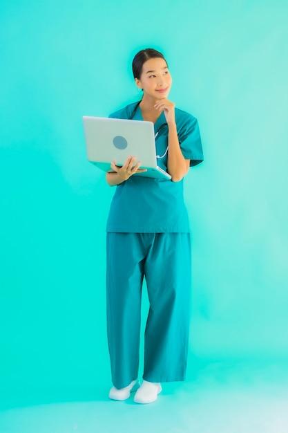 Giovane donna asiatica medico con il portatile Foto Gratuite