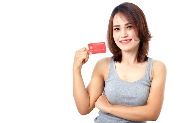 Giovane donna asiatica sorridente che presenta la carta di credito Foto Premium