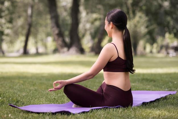 Giovane donna atletica che esercita yoga Foto Gratuite