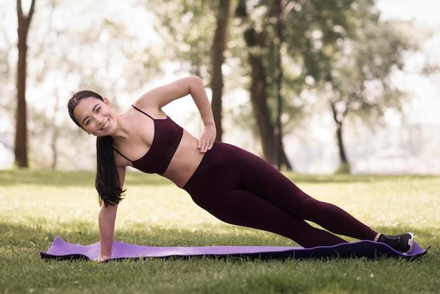 Giovane donna atletica che si esercita all'aperto Foto Gratuite