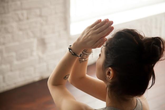 Giovane donna attraente che fa gesto di namaste Foto Gratuite