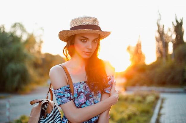 Giovane donna attraente che gode del suo tempo fuori nel parco Foto Gratuite