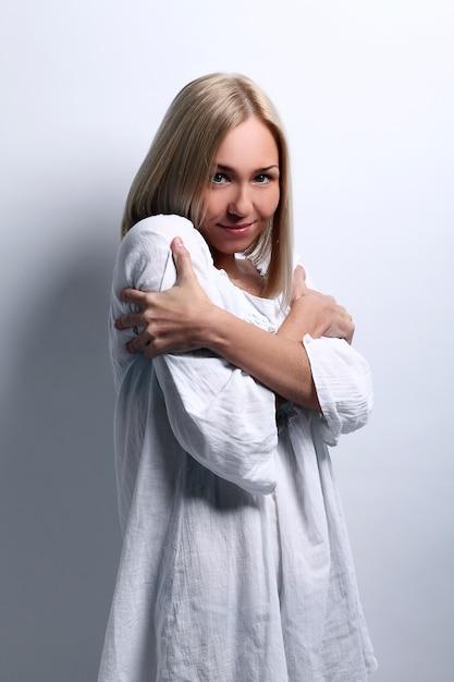 Giovane donna bionda adorabile con freddo Foto Gratuite