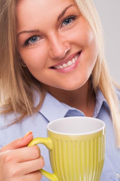 Giovane donna bionda con la tazza Foto Gratuite