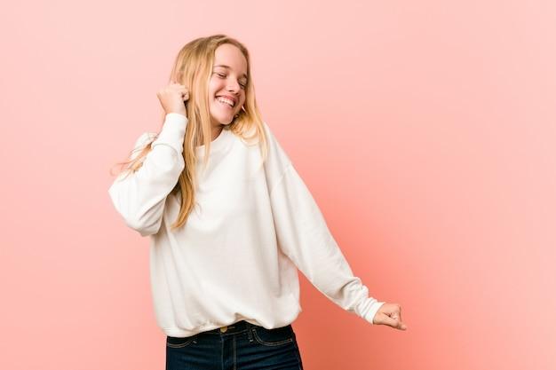 Giovane donna bionda dell'adolescente che balla e che si diverte. Foto Premium