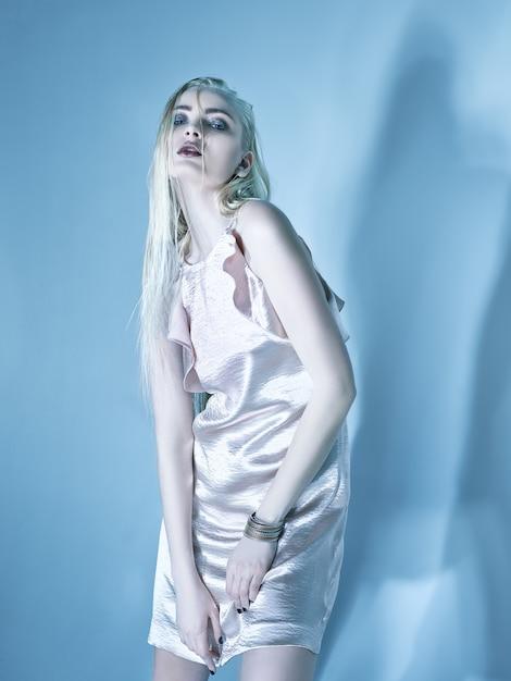 Giovane donna bionda in abito elegante. Foto Gratuite