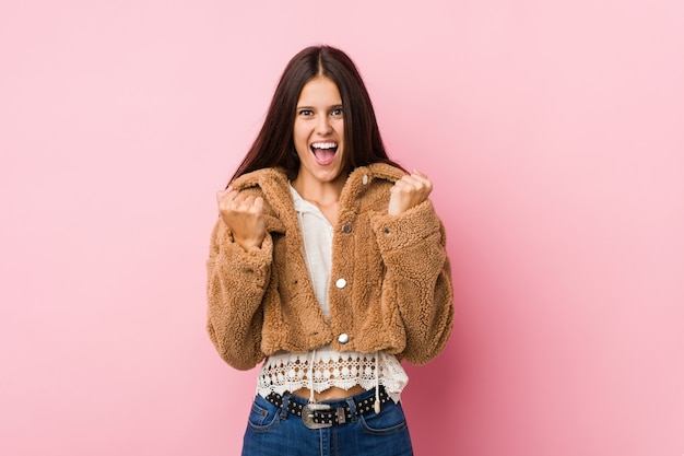 Giovane donna carina tifo spensierato ed eccitato. concetto di vittoria. Foto Premium