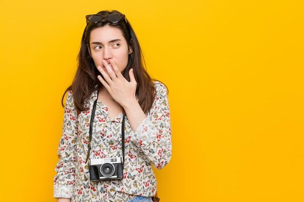 Giovane donna castana del viaggiatore che sbadiglia mostrando una bocca stanca della copertura di gesto. Foto Premium