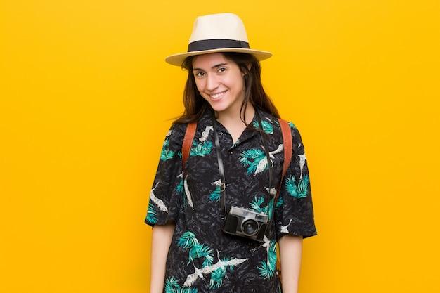 Giovane donna caucasica che indossa un bikini e un cappello Foto Premium