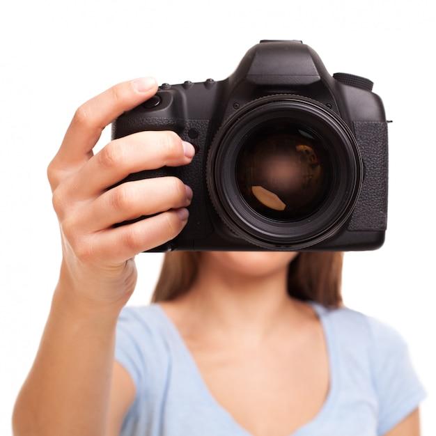 Giovane donna caucasica con fotocamera Foto Gratuite