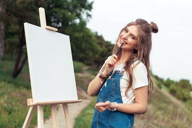 Giovane donna caucasica dipinto su tela al di fuori Foto Premium