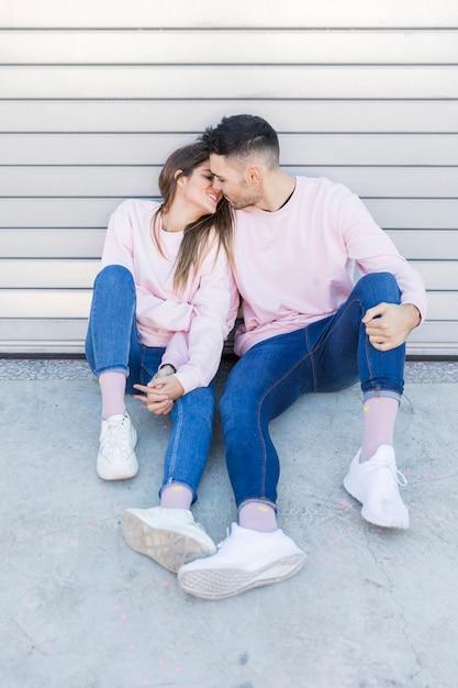 Giovane donna che bacia e che si tiene per mano con l'uomo bello Foto Gratuite