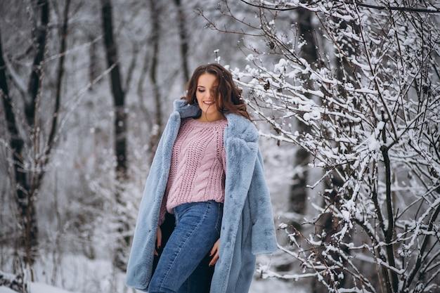 Giovane donna che cammina in un parco di inverno Foto Gratuite