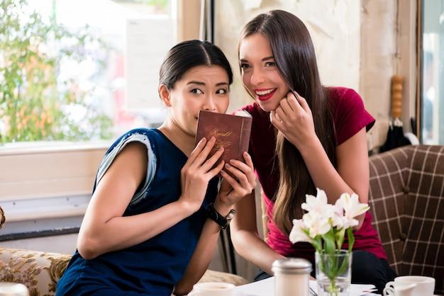 Giovane donna che condivide i segreti con la sua migliore amica Foto Premium