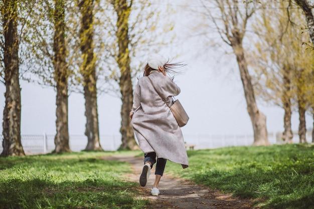 Giovane donna che corre nel parco Foto Gratuite