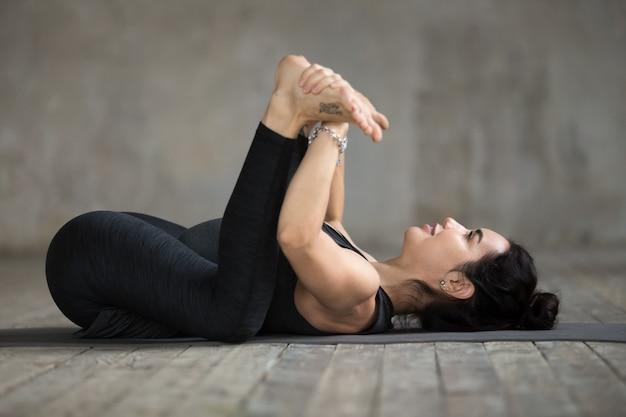 Giovane donna che fa esercizio di bambino felice Foto Gratuite