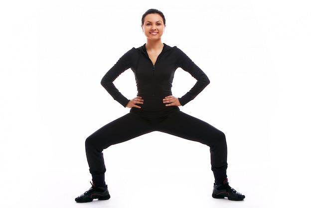 Giovane donna che fa le esercitazioni di forma fisica Foto Gratuite