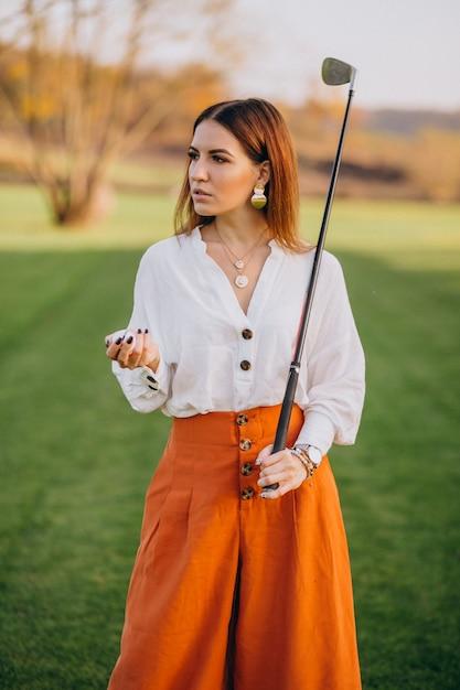 Giovane donna che gioca a golf Foto Gratuite