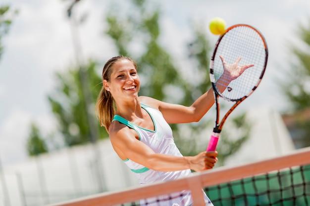 Giovane donna che gioca a tennis Foto Premium