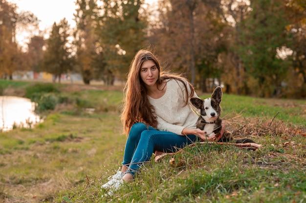 Giovane donna che gioca con il suo cane al parco | Foto ...
