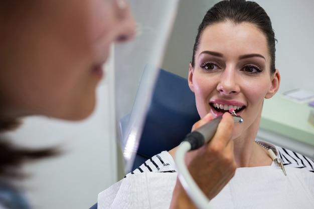 Giovane donna che ha un controllo dentale Foto Gratuite