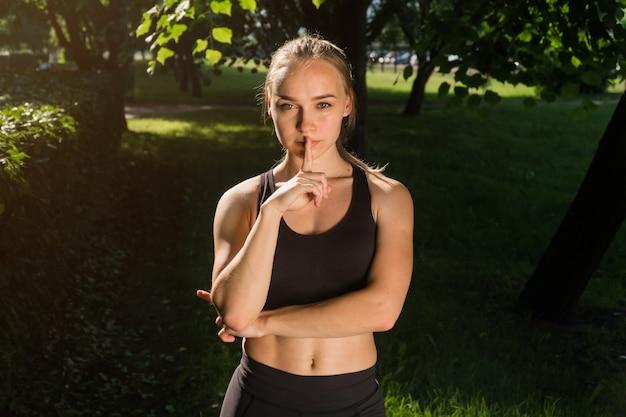 Giovane donna che indossa abiti sportivi nel parco Foto Premium